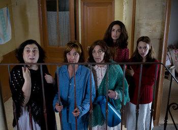 屋根裏5人の女性.jpg