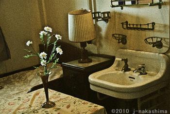 白い洗面台と野菊とスタンドの部屋.jpg