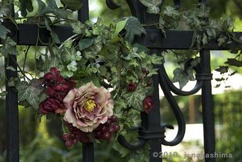 門②かけた白と紫のバラの花輪.jpg